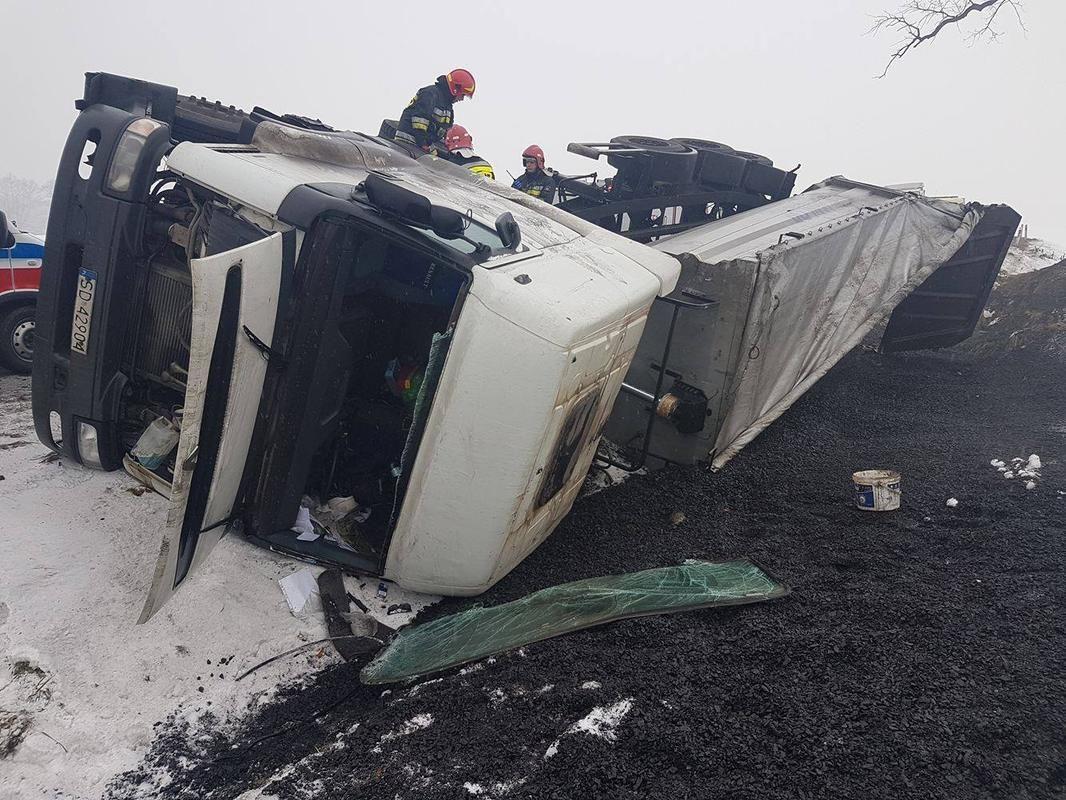 Ciężarówka w rowie na ul. Wodzisławskiej