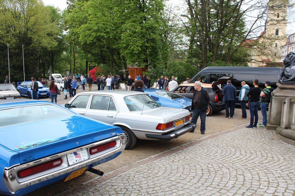 Cars & Coffee. Zlot samochodów w pszczyńskim parku