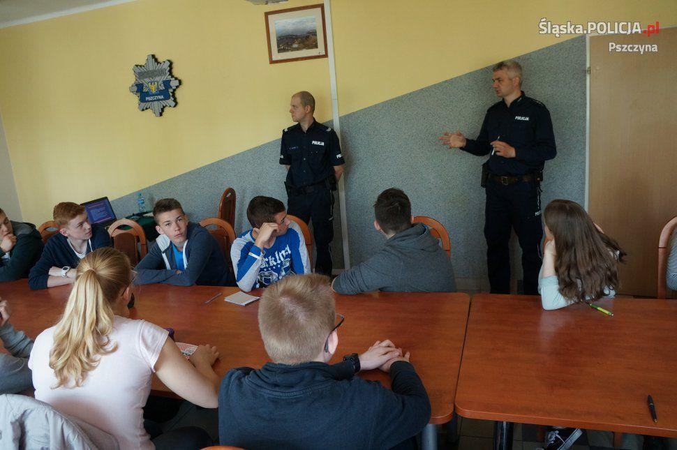 Gimnazjaliści poznawali pracę pszczyńskich policjantów