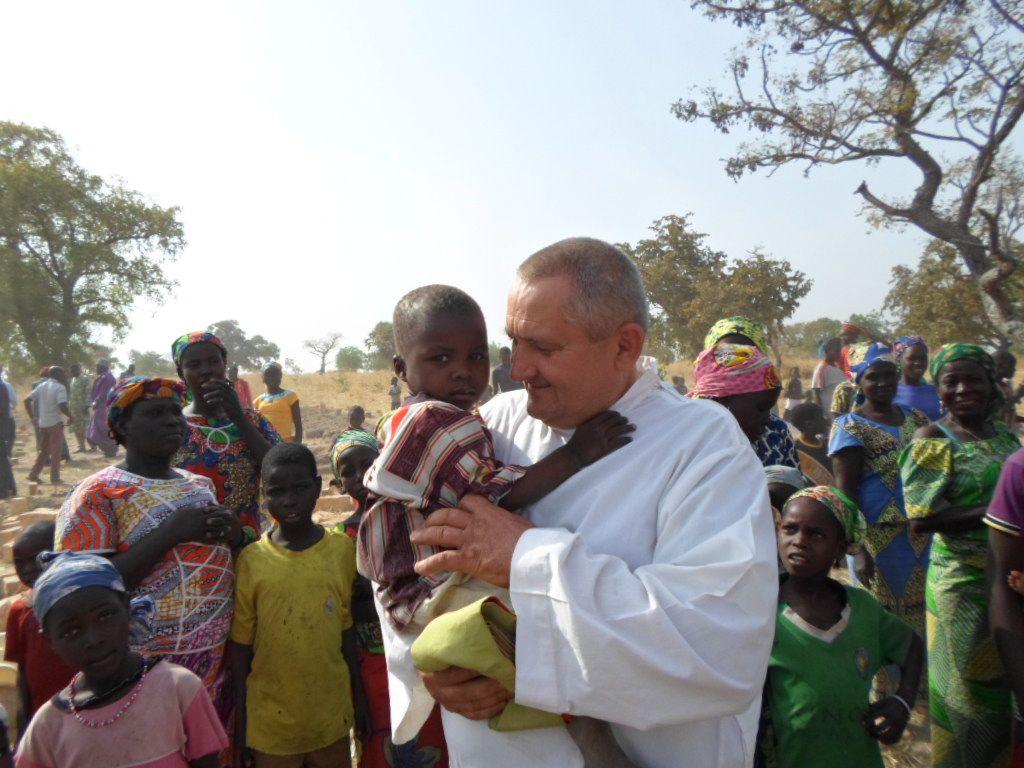 Misjonarz w Kamerunie zawsze z walizeczką z narzędziami