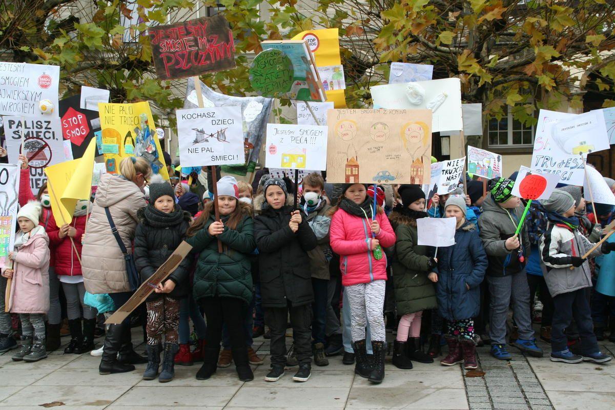 Dzieci walczą o czystsze powietrze (zdjęcia i filmy)