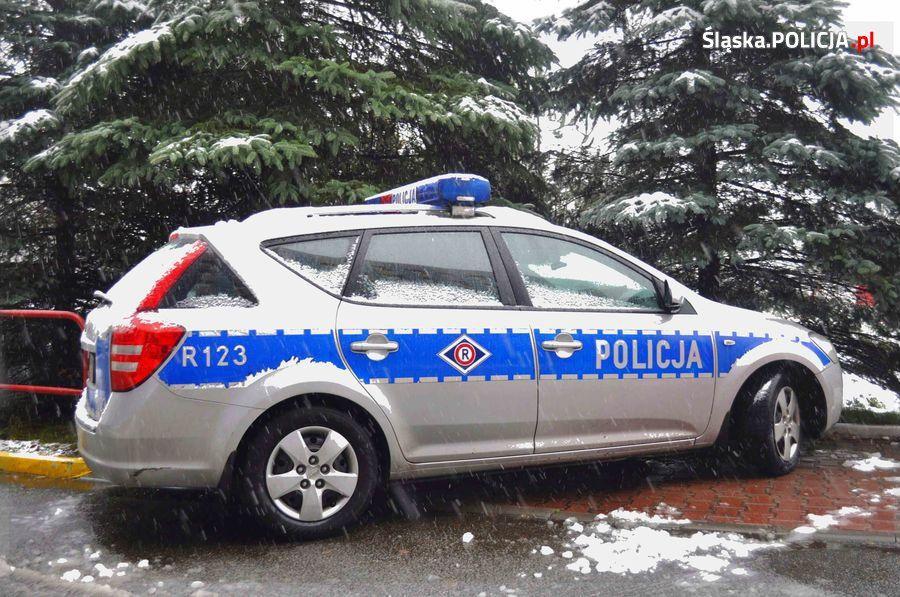 Na drogach biało i ślisko: policja apeluje o ostrożność
