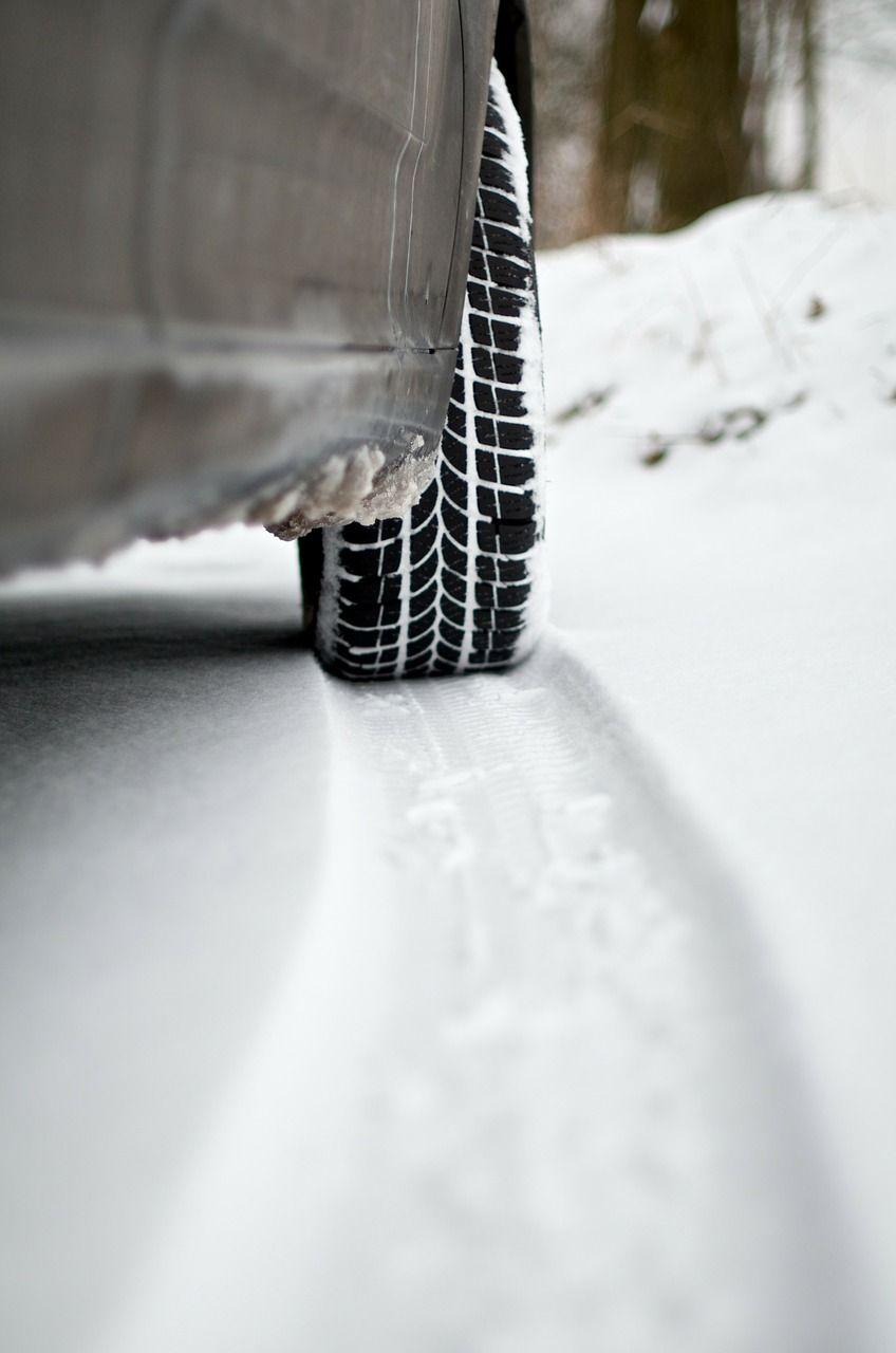 Na śniegu stracił panowanie nad autem i potrącił pieszego