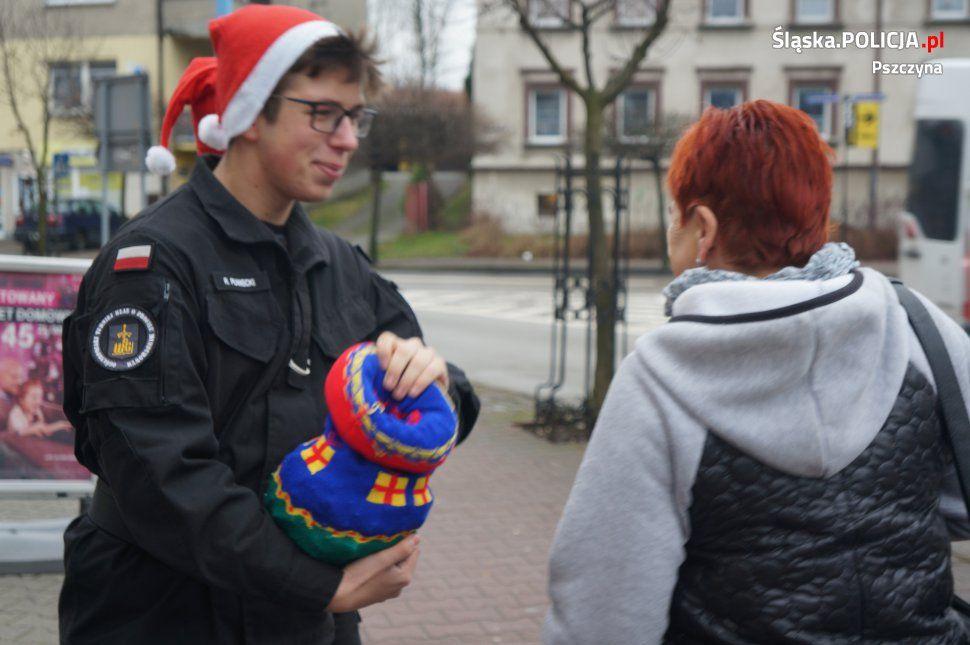W Mikołajki policjanci z młodzieżą: cukierek albo rózga