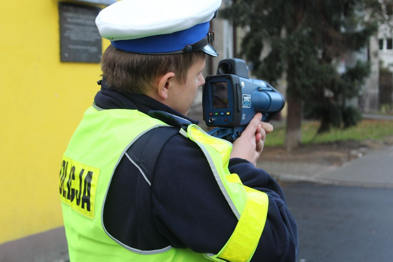 Mierzy prędkość, robi zdjęcia, nagrywa film