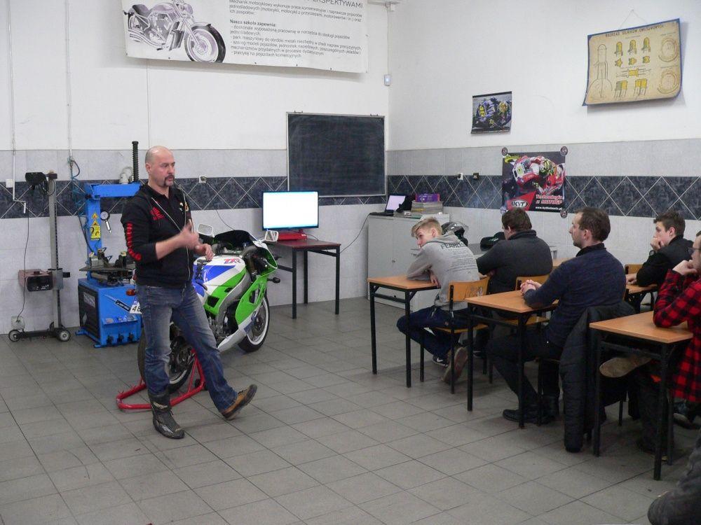 Uczniowie na szkoleniu z bezpiecznej jazdy motocyklem