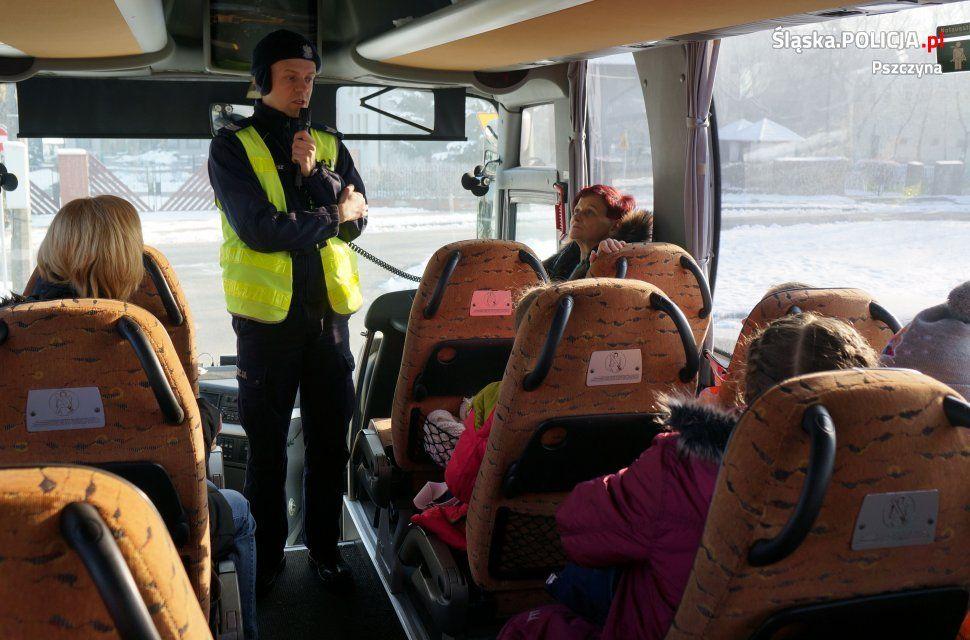 Przed wyjazdem na ferie edukują dzieci i kontrolują autokary