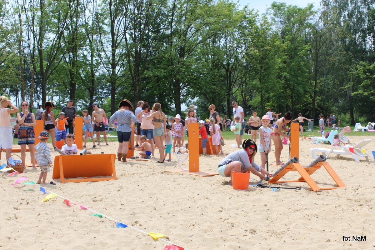 Dzieci świętowały na plaży w Łące