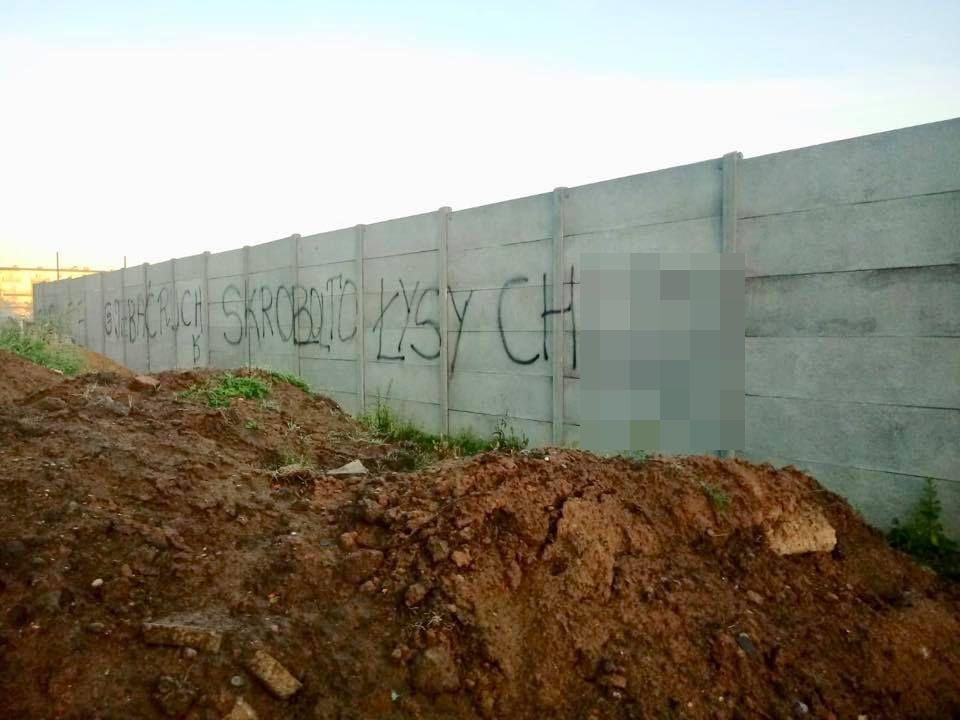 Wulgarny napis: burmistrz apeluje do... kontrkandydatów