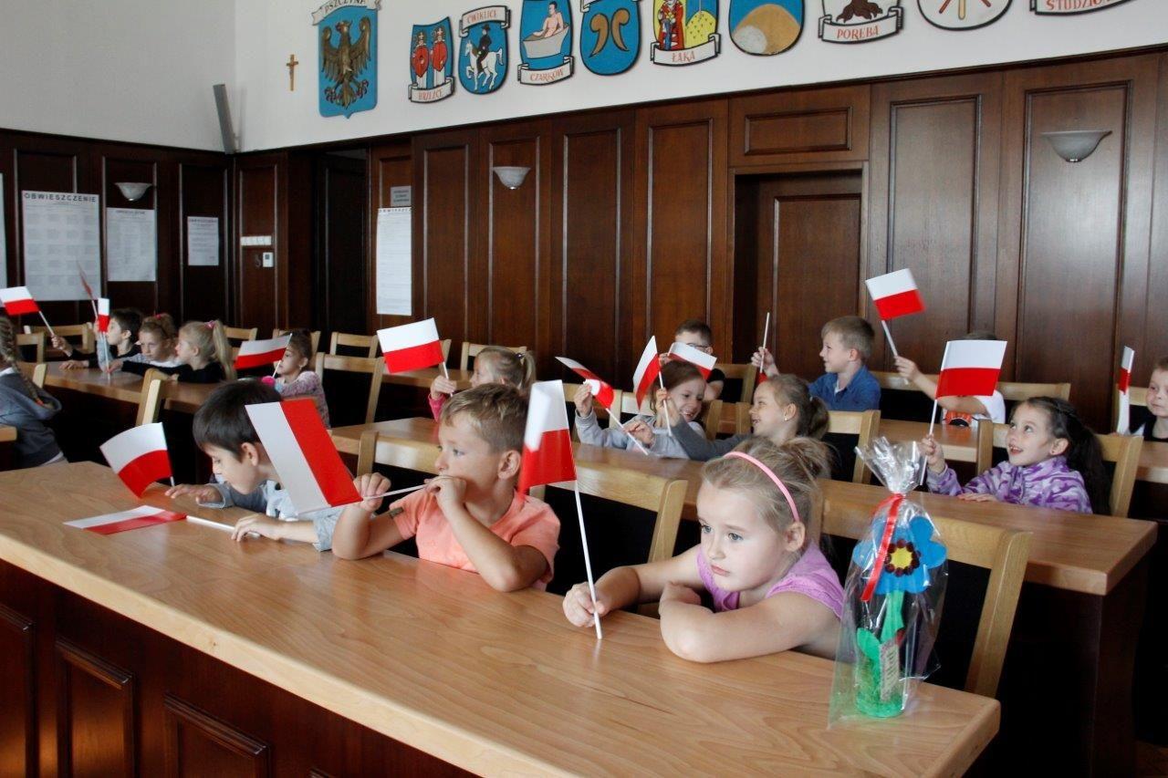 Dzieci z Ćwiklic i Rudołtowic odwiedziły Urząd Miejski