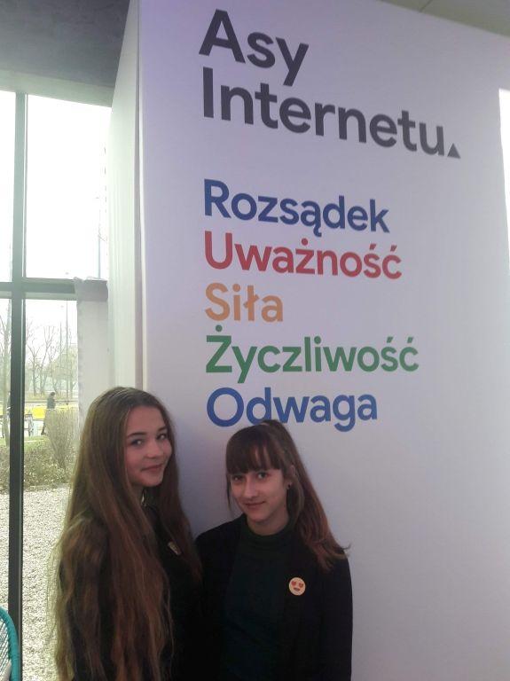 Uczennice z Pielgrzymowic na konferencji w Warszawie