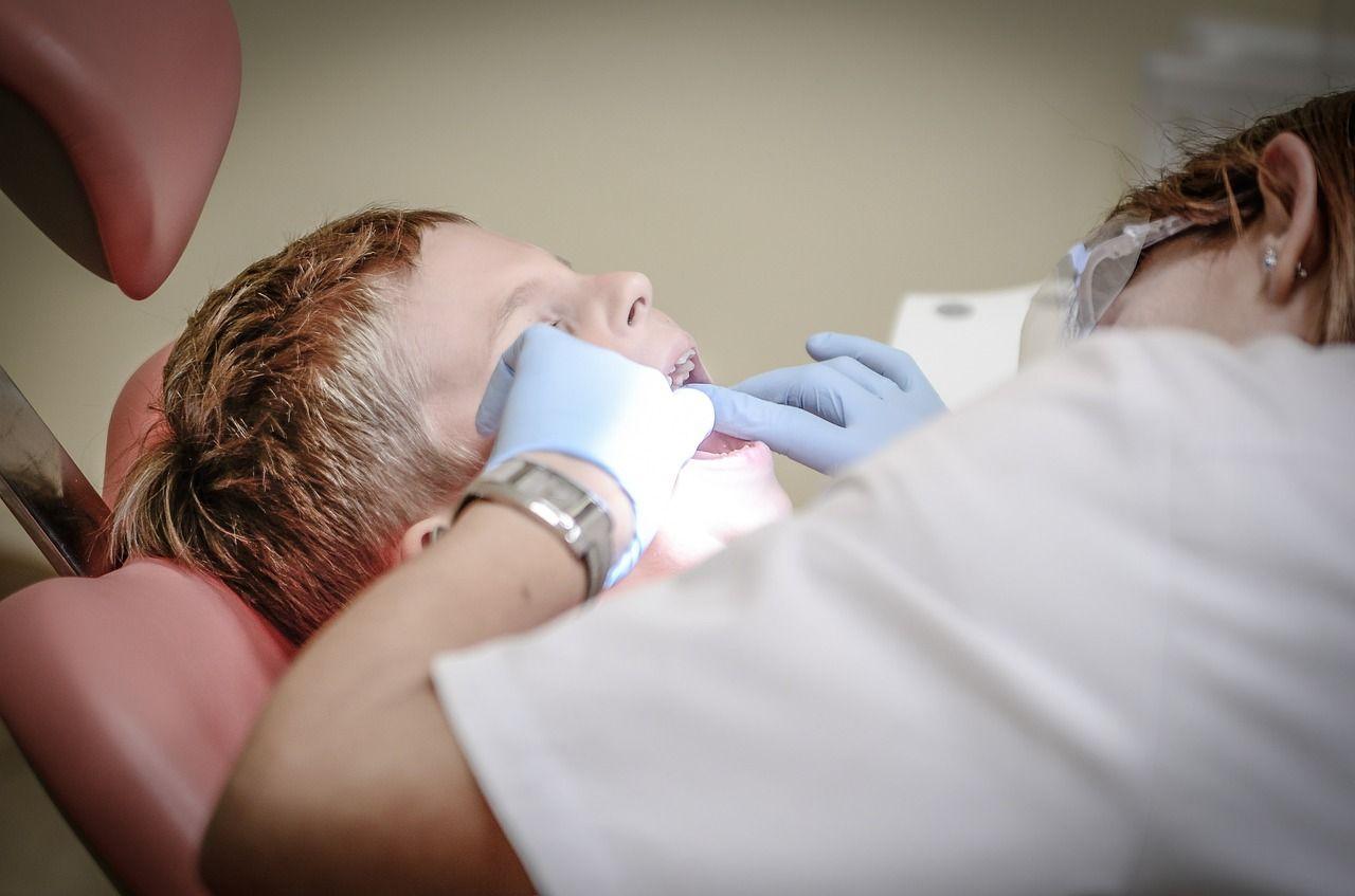 Dentystka oszukiwała pacjentów i NFZ