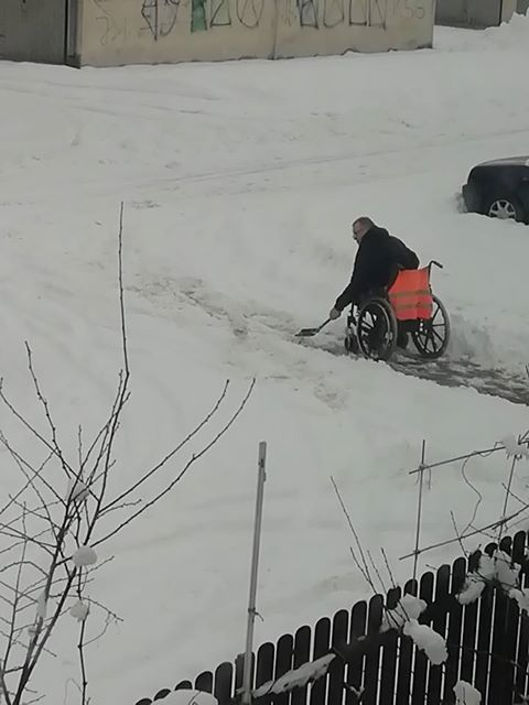 Niepełnosprawny sam musiał odśnieżyć chodnik