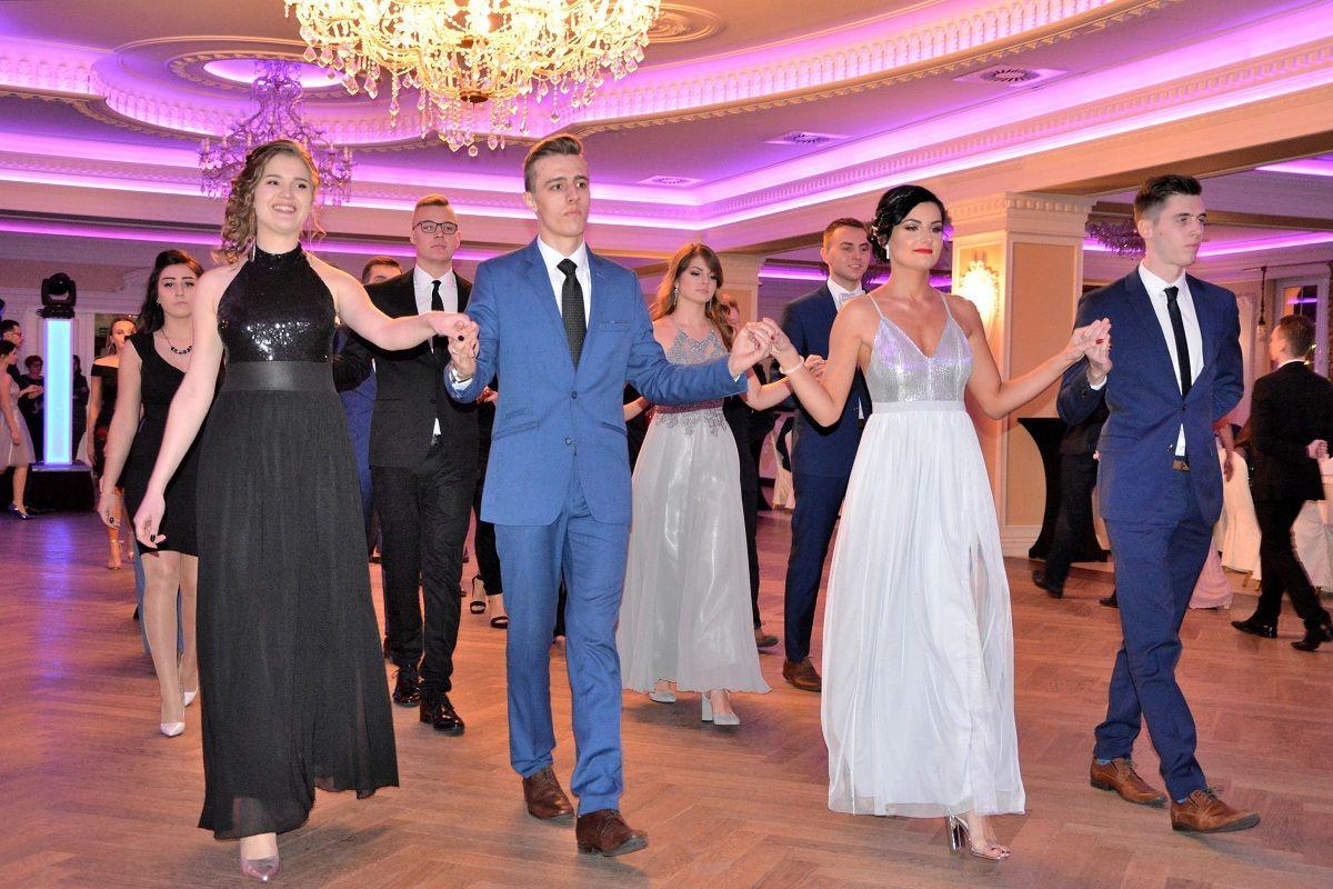 Ponad stu maturzystów zatańczyło uroczystego poloneza