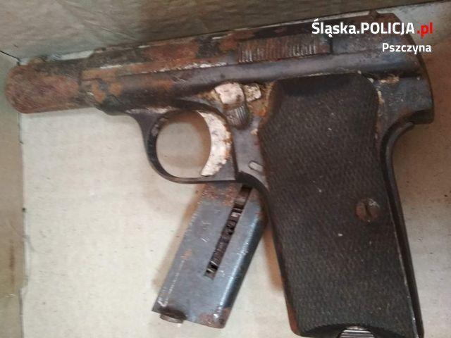 W domu do rozbiórki znaleziono pistolet z czasów wojny