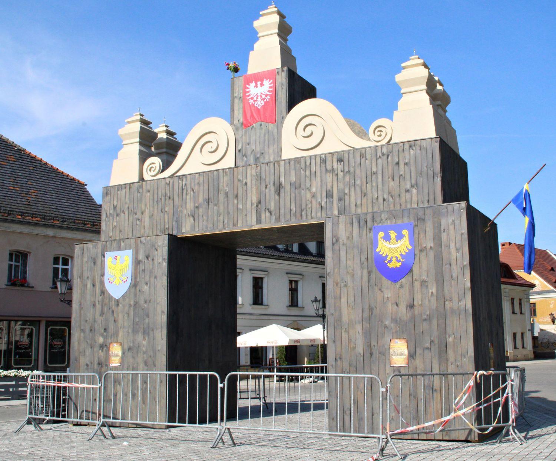 Na pszczyńskim rynku powstała replika bramy powitalnej z 1922 roku