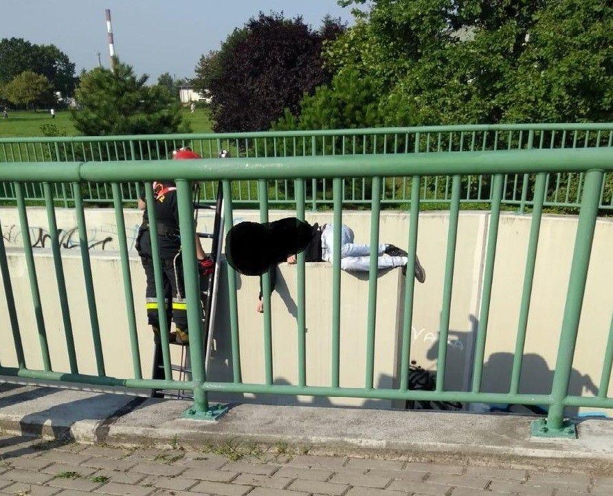 Ekstremalna drzemka w przejściu podziemnym przy ul. Bielskiej. Mężczyzna trafił na izbę wytrzeźwień