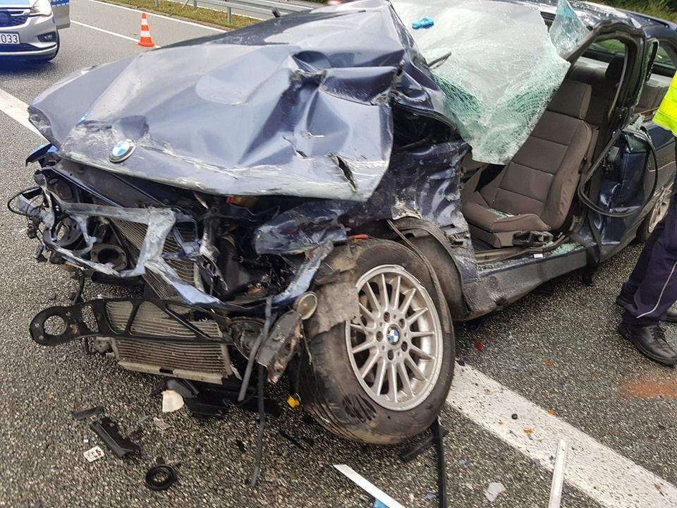 Pechowa DK-81. Dachowanie osobówki i zderzenie BMW z wozem straży pożarnej. Jedna osoba w stanie ciężkim w szpitalu.