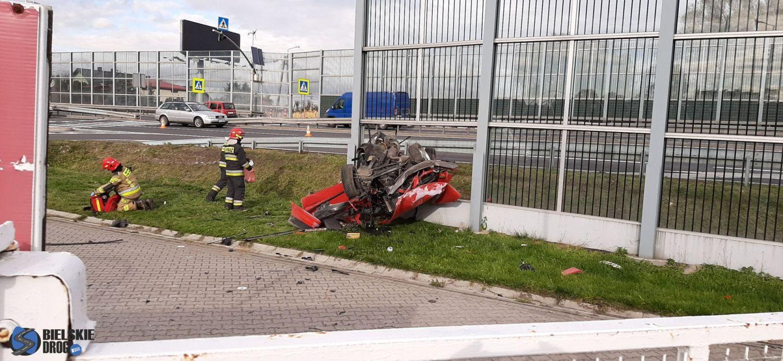 Poważny wypadek na DK1 w Goczałkowicach. Pojazd wbił się w ekrany dźwiękochłonne