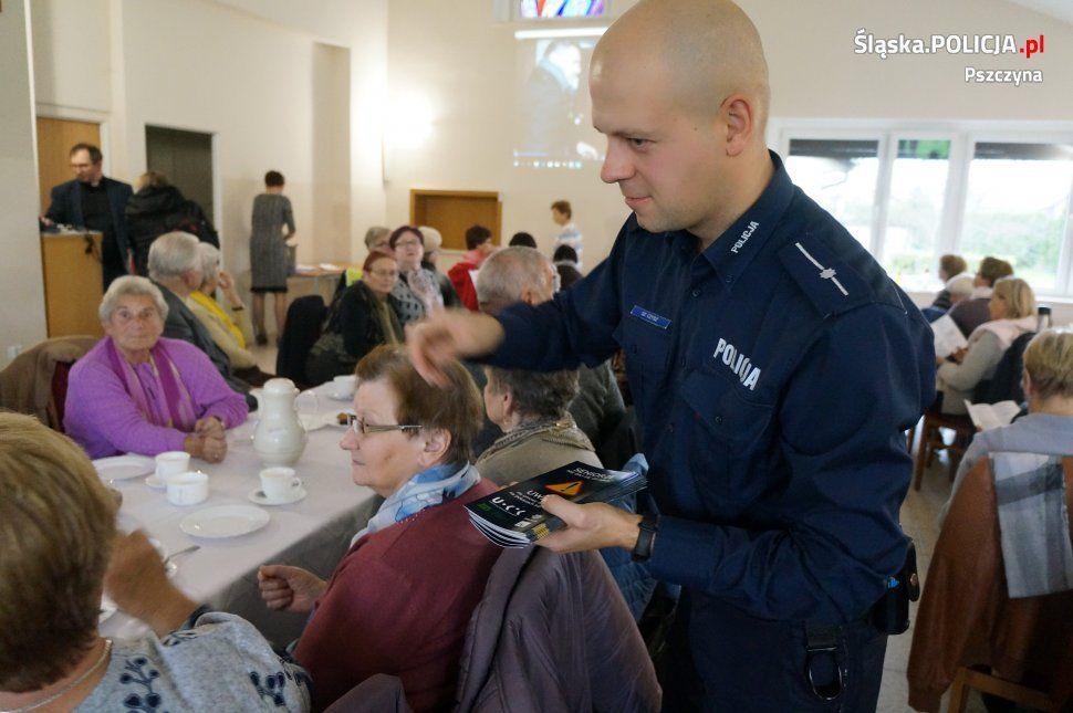 Policjanci o bezpieczeństwie seniorów w Parafii Podwyższenia Krzyża Św. w Pszczynie