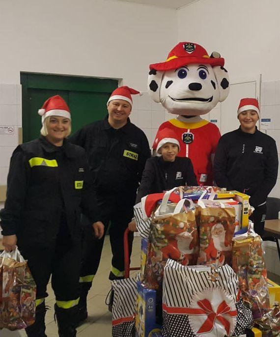 Strażacy dostarczyli świąteczne prezenty