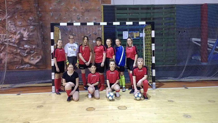 W Pielgrzymowicach dziewczyny kopią piłkę