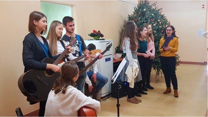 Młodzi muzycy z POPP kolędowali w pszczyńskim szpitalu