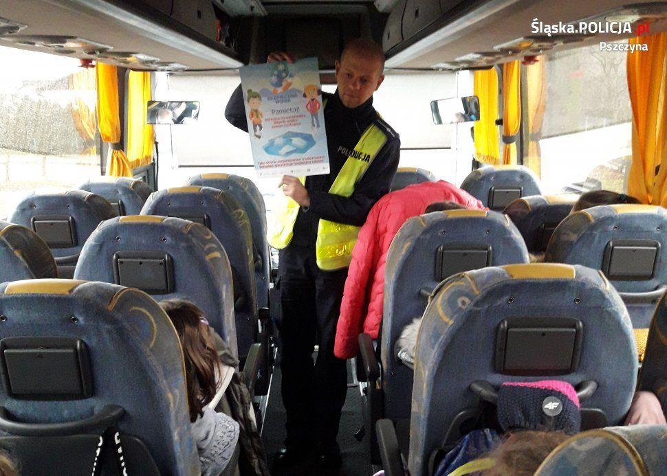 Pszczyńscy policjanci sprawdzają stan autokarów i kierowców wożących dzieci na ferie