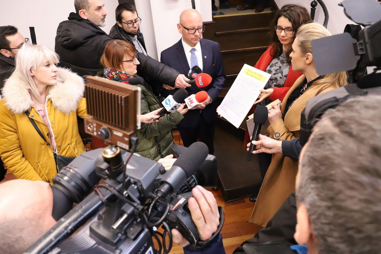 Przedstawiciele Stowarzyszenia Nie Dokarmiaj Smoga złożyli na ręce burmistrza antysmogową petycję