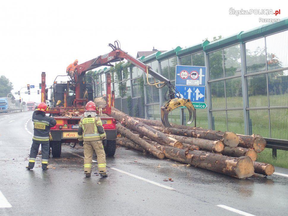 Z samochodu ciężarowego spadły bale drewna