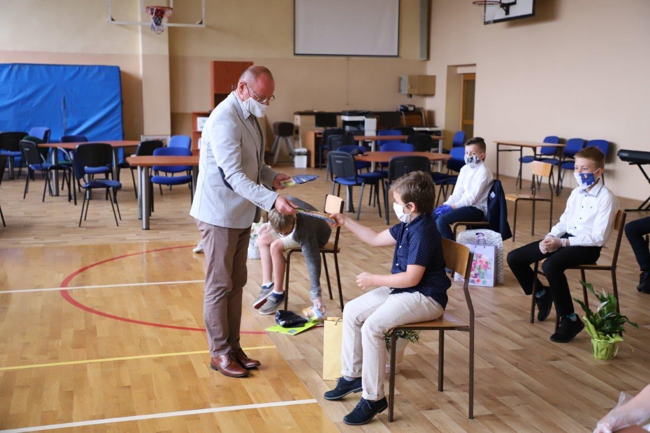 Burmistrz nagrodził uczniów za wysokie wyniki w nauce