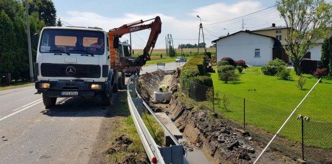 Trwają prace przy budowie chodnika w Krzyżowicach