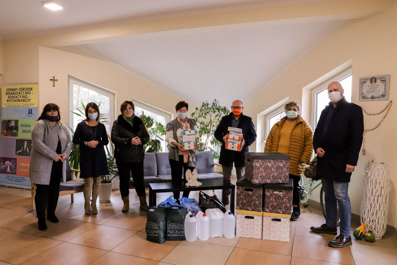 Burmistrz przekazał prezenty dla Domu Kulejących Aniołów