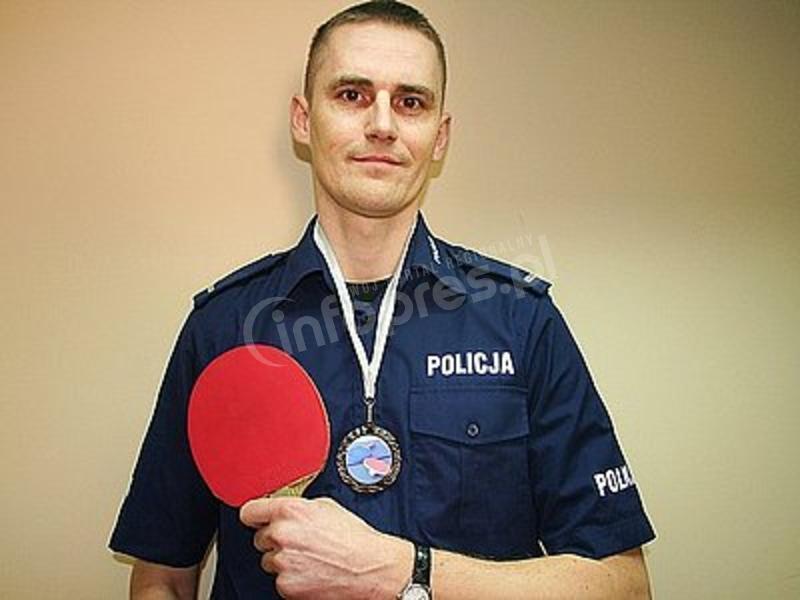 Policjant z rakietką w ręce