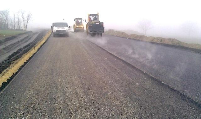 Pierwsze warstwy asfaltu już na budowie obwodnicy