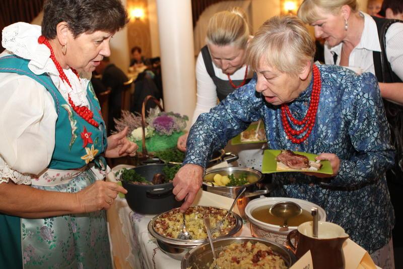 Foto-temat: Koła Gospodyń Wiejskich prezentowały lokalne potrawy