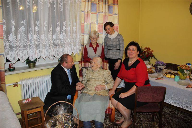 100-latka przyjmuje gości. Najpierw starostę, potem burmistrza