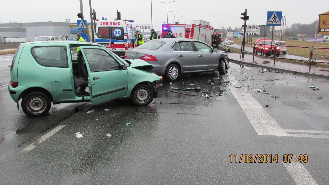 Poranny wypadek na DK1. Przejechała na czerwonym świetle